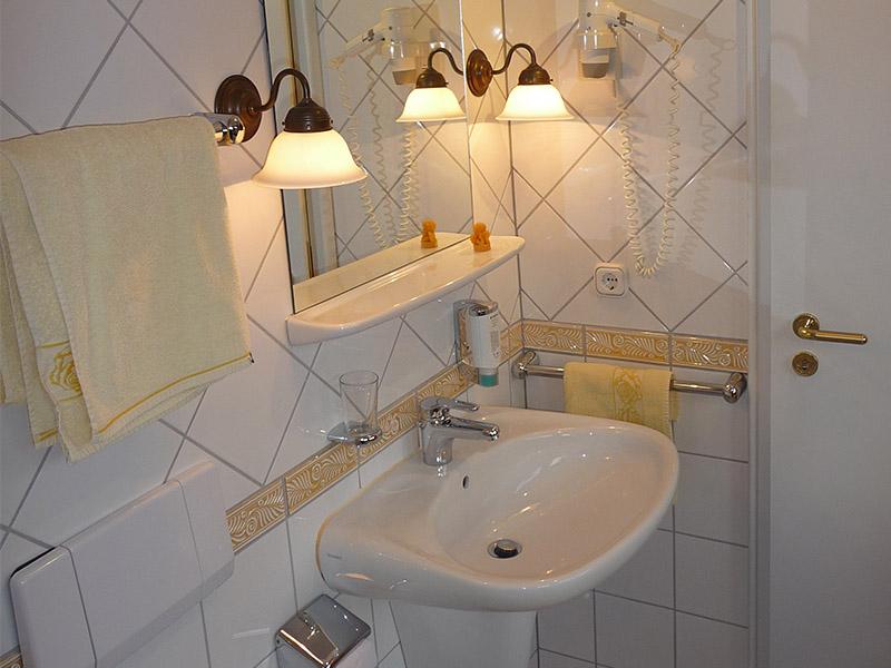 Jedes Zimmer hat ein eigenes, modernes Badezimmer.