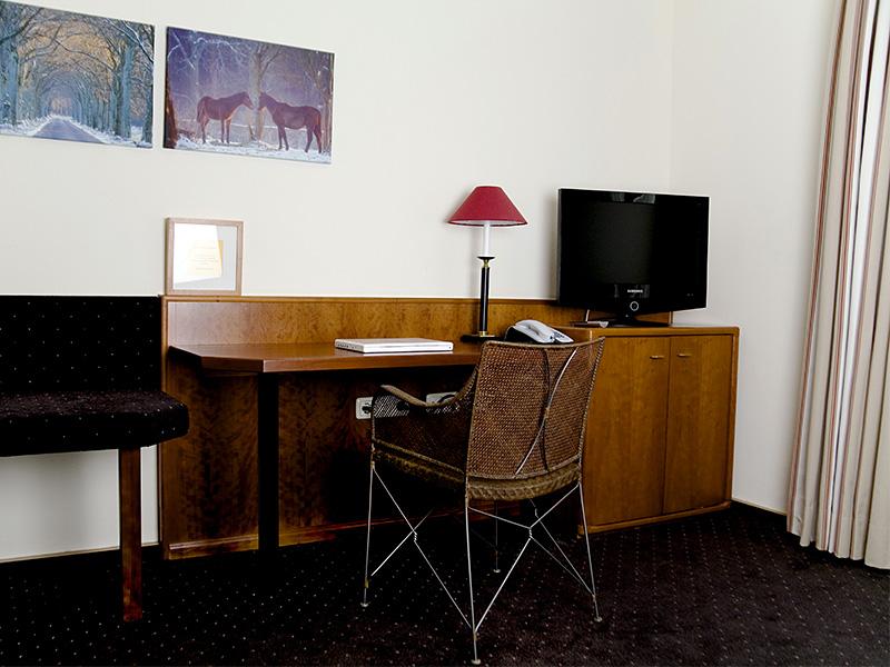 Schreibtisch und modernes TV-Gerät